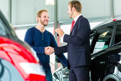 Schlüsselübergabe bei Autokauf.
