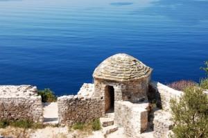 Kleines Gebäude und Mauerwerk, wie bei einer Festung.