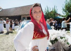 Eine lächelnde Frau im traditionellen Gewand Albaniens.