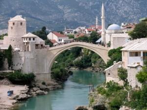 Eine Brücke über Wasser in Bosnien-Herzegowina.