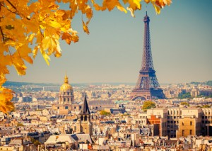 Blick auf den Eiffelturm und Paris im Herbst.
