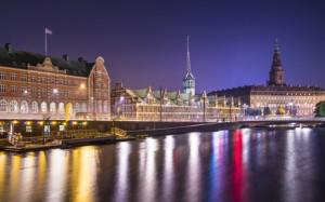 Eine Aufnahme von Kopenhagen bei Nacht.
