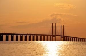 Die Öresundbrücke im Sonnenuntergang.