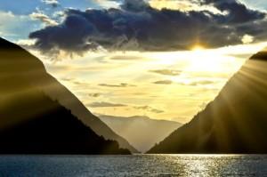 Zwei Berge, zwischen denen die Sonne untergeht.