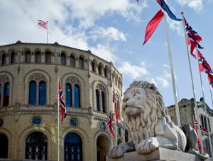 Parlament mit einem Steinlöwen davor.