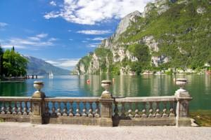 Blick auf den Gardasee und angrenzende Berge.