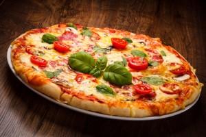 Eine angerichetete Pizza als typisches Gericht in Italien.