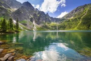 See in Polen mit Berg im Hintergrund.